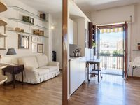 Well presented apartment, compact, close to train and Vatican.