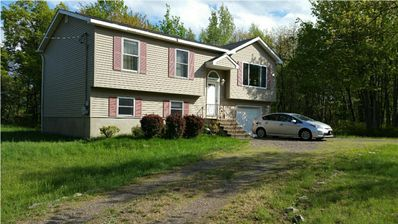 Spacious home in Poconos, 3bd, Pool Table, Fire Pit/BBQ, Wifi, Waterpark