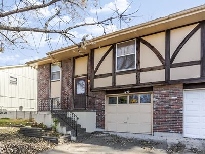 Spacious and comfortable 3 bedrooms house in the heart of Overland Park