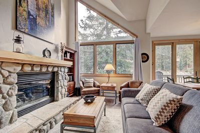 2985 Ironwood Townhomes - a SkyRun Keystone Property - Living Room - Enjoy the natural light flooding in through the large windows in the living room.