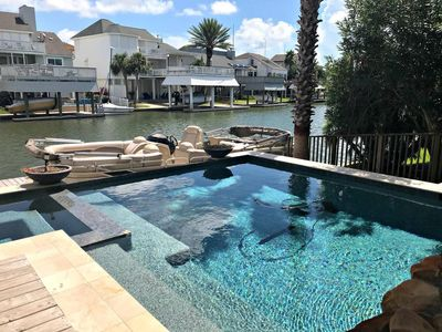 Beautiful pool and spa with Bay view!