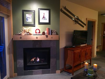 Cozy gas fireplace and nicely decorated!