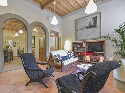Photo for Spacious Casanova apartment in Oltrarno with WiFi & integrated air conditioning.
