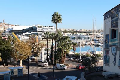 View on the Harbor and on the Palais des Festivals away (4 mns)