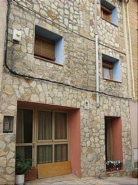 305 Casa Santos is located in Loarre, in the province of Huesca.