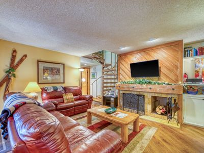 Photo for Spacious resort condo w/large patio, shared hot tub & pool, bus to slopes