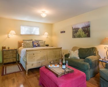 Photo for Cozy Queen Cottage in Calistoga