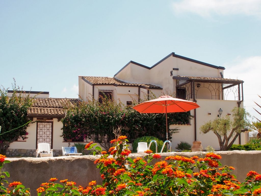 Villa With Pool And Garden In The City Of The Valley