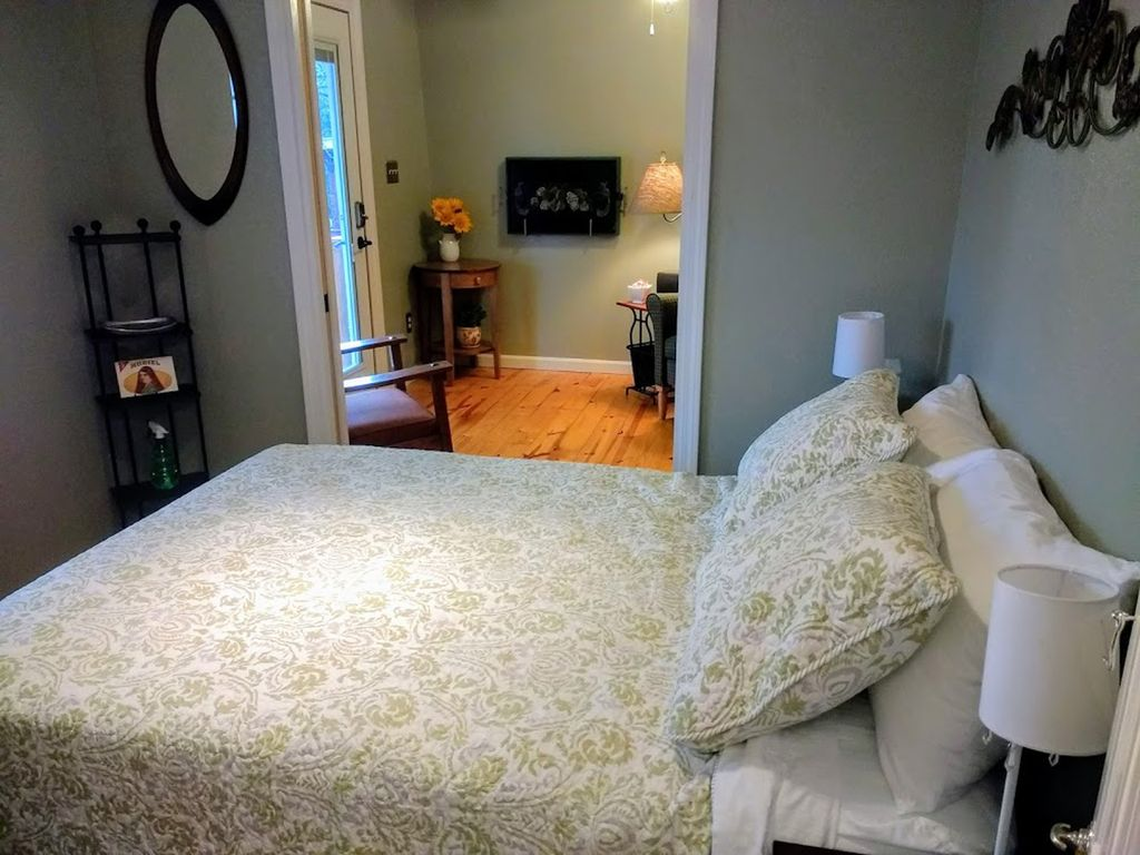 Avoid the Freeways - Charming Suite 10 Minutes from Downtown