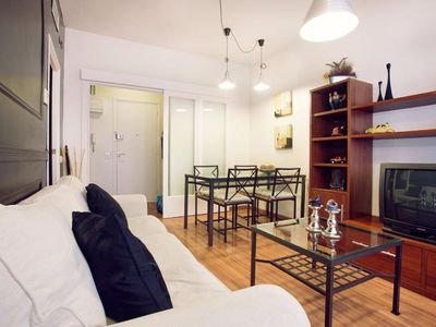 Photo for Camp Nou Familiar apartment in Les Corts with WiFi, air conditioning & lift.