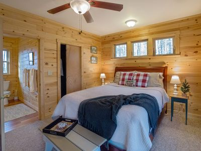 Photo for Adorable cabin with hot tub- walk to Chateau Morrisette, close to parkway!