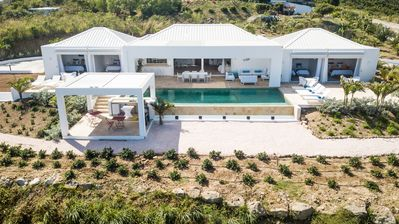 Spacious 4 bedroom villa with stunning view of Orient Bay