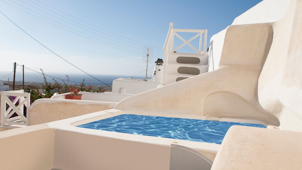 Santorini traditional cave house with exter homeaway for Jacuzzi exterior uruguay
