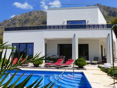 Photo for Beautiful villa with air conditioning, private pool and sea views