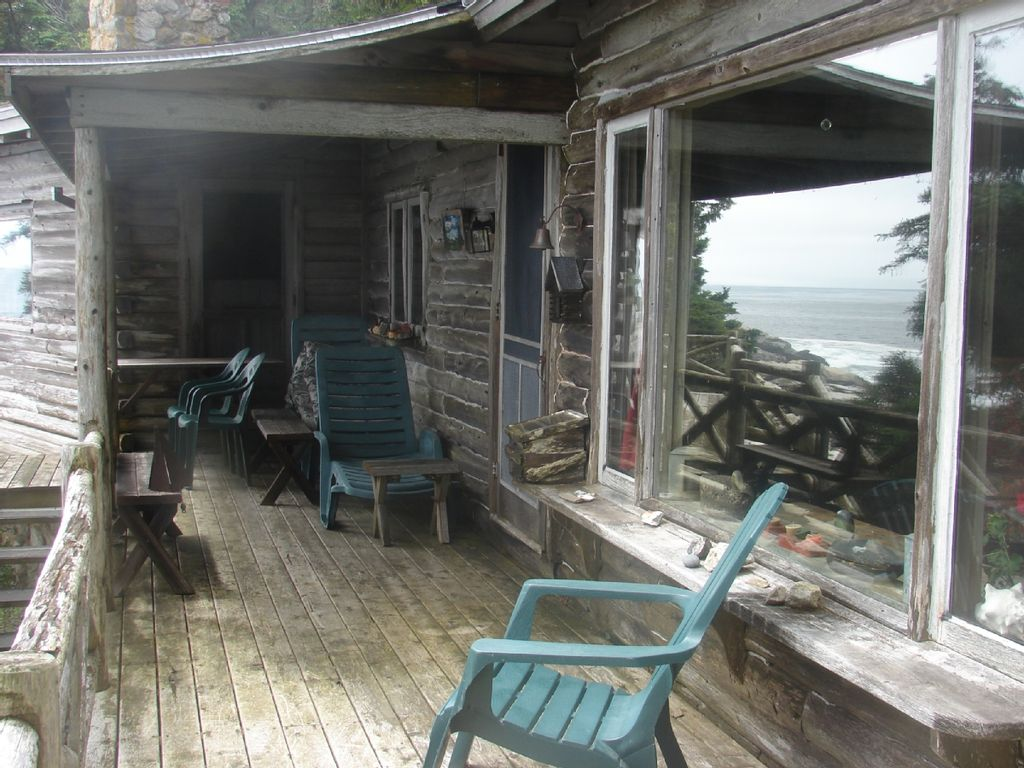 A quaint log cabin right on the ocean homeaway for Cabin rentals in maine with hot tub