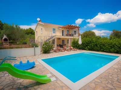 Photo for Villa surrounded by olive trees, with pool and sea views, in a quiet location