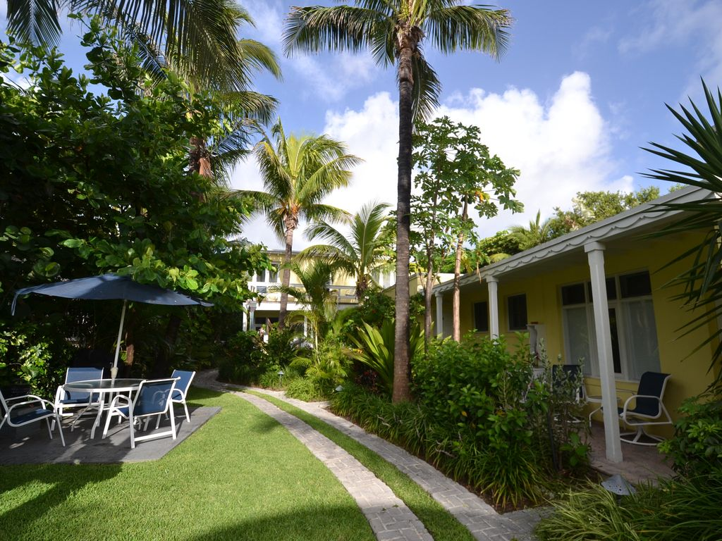 CORAL COVE APT #3: Oceanfront Condo by the Beach - 581289