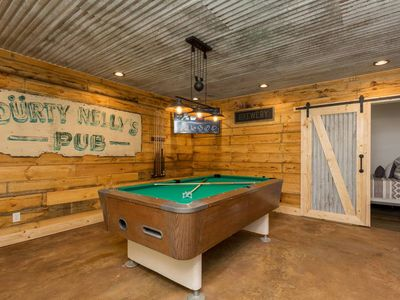 Deer Camp Lodge--Updated Cabin Hot Tub Billiards FireTable in Resort