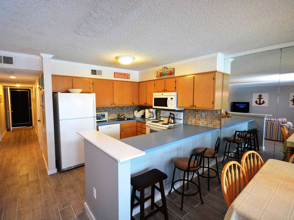 Quaint Two Bedroom Condo With Cozy Country Themes In A Small Rental Community Near The Bay