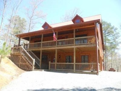 Beautiful Cabin with Hugh Game Room, Hot Tub, WiFi, Fire Pit, Screened in Deck.