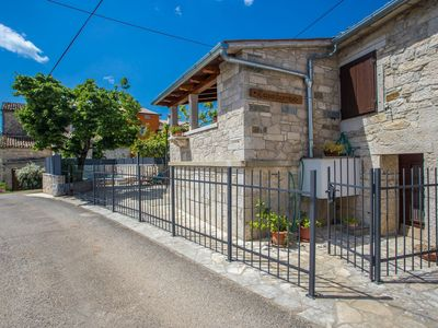 Photo for Charming holiday home with private pool, surrounded by vineyards and olive groves