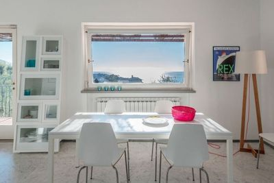Inside table with view! - La table et sa vue mer!