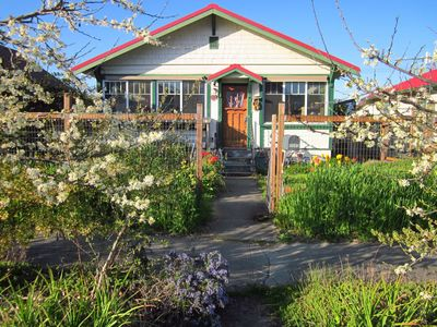 Welcome to Hummingbird Central Cottage, easy to find just off Hwy 101.