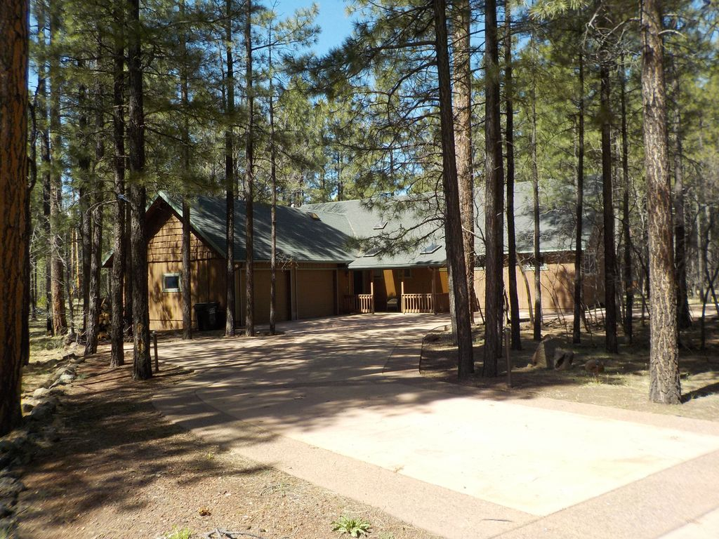 Blue lake inn a cabin in the woods unpl homeaway for Az cabin rentals with hot tub