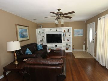 Light & Bright! Great Location! Central Arlington! 3 miles to Cowboys Stadium