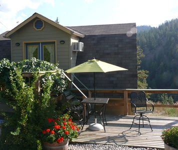 Beautiful, fully equipped cottage offers total privacy in vineyard with hot tub.