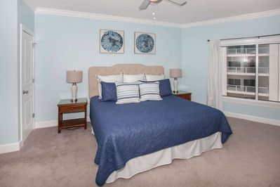 Bedroom w/king bed and dual nightstands