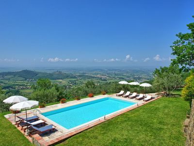 Photo for Private Villa with private pool, WIFI, TV, pets allowed, panoramic view, parking, close to Cortona