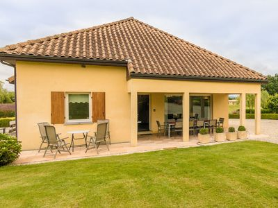 Photo for Modern spacious house with swimming pool near Monbazillac and the vineyards.