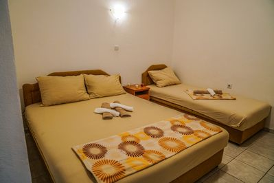 Cinnamon studio for 3 persons is equipped with one double and one single bed
