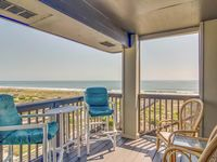 This apparment has fabulous beach views and is well located.