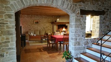 -10% DISCOUNT (24. 03.-05. 05.) Rustic villa with pool, 2 km from the sea
