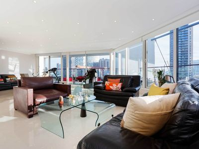 Photo for Superior, open-plan 3 bed flat overlooking the Financial District docks (Veeve)