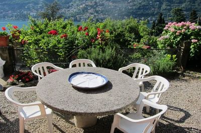 JASMIN tavolo giradino e vista.  The table and the flower
