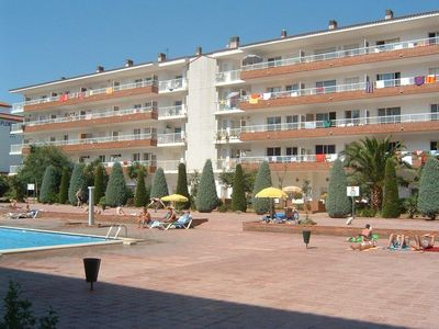 Photo for Central familial apartment with landscaped patio and near the beach.