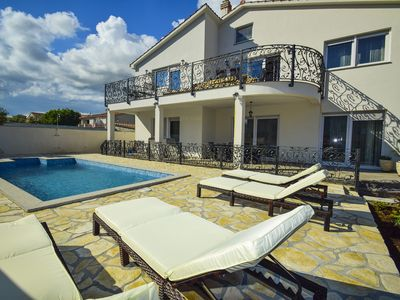 Photo for Free Wi-Fi, private parking, heated pool