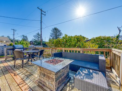 Lovely dog-friendly house w/ firepit and private gas grill - walk to the beach!