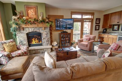Living room with nic, warm and cozy fireplace