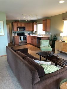 Open floor plan - view from living room into the kitchen