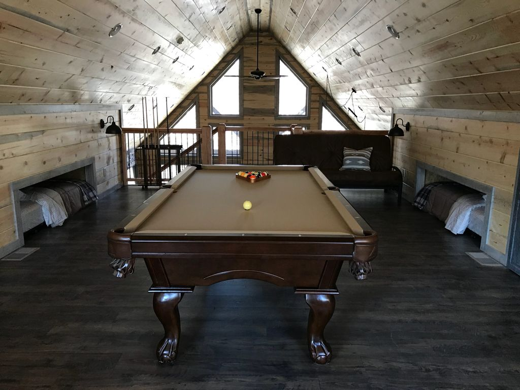 BRAND NEW STUNNING CABIN KING BR LARGE LOFT POOL TABLE HOT TUB - Brand new pool table