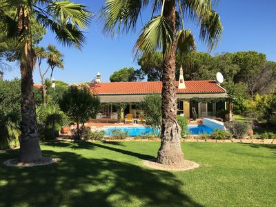 Photo for Cozy cottage with beautiful garden and pool in Quinta do Lago