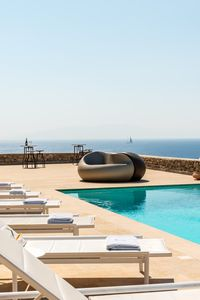 An overflow-design swimming pool acts as an attraction point for the guests