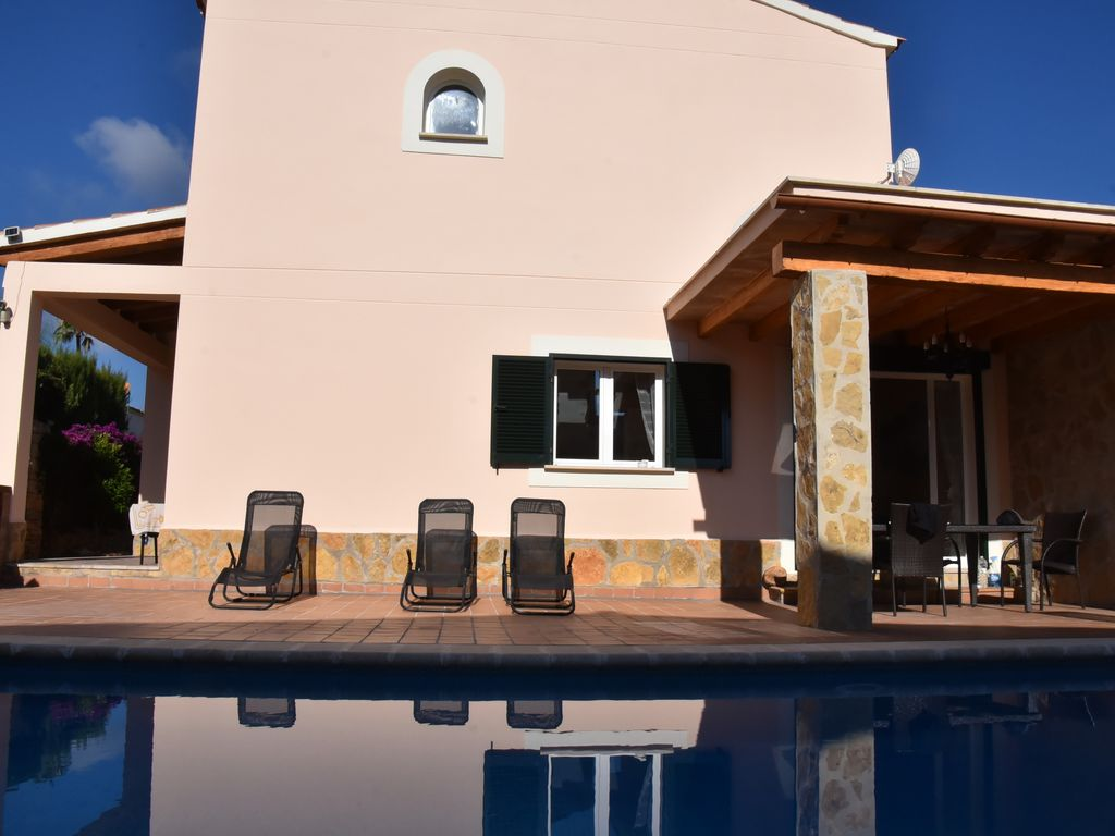 Modern large holiday home own pool air conditioning for Big modern house tour