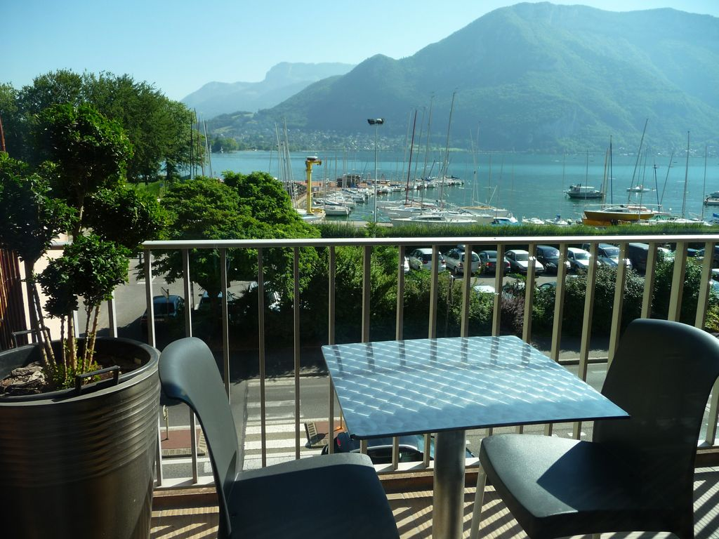 Lake view rare classified annecy apartment and 2 steps for Top garage annecy