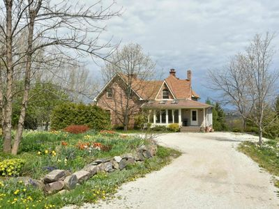 Luxury 4 Bdrm Farmhouse, sleeps 12, near Grey Highlands, Blue Mountain, Meaford