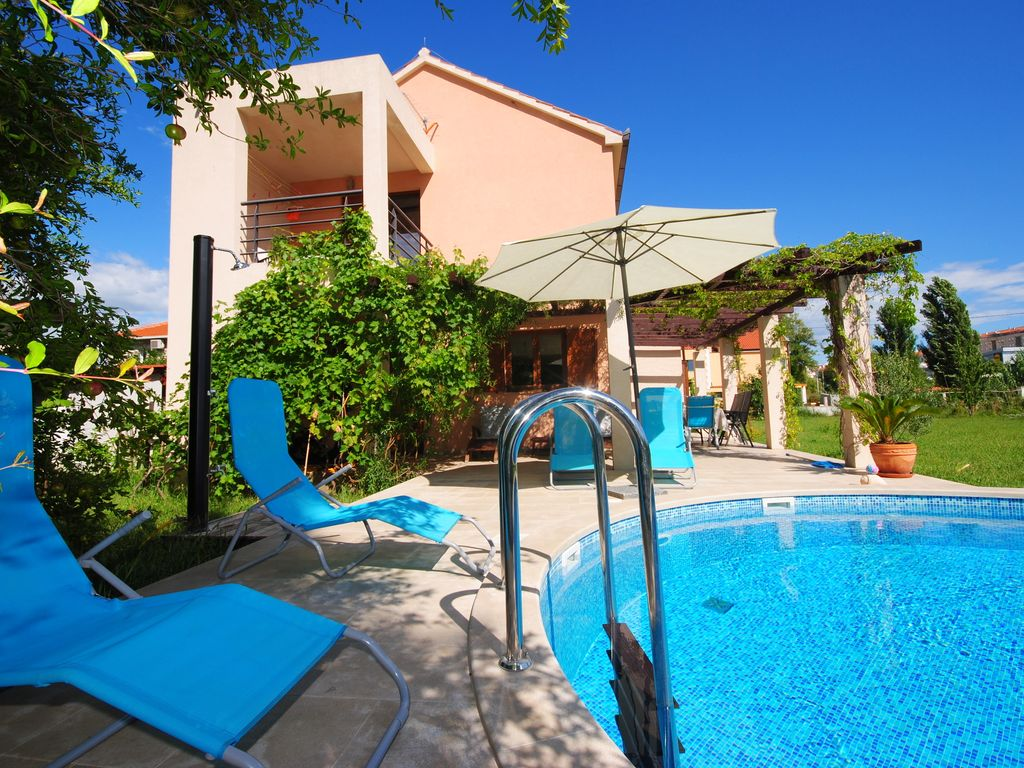 Luxury holiday home with outdoor pool solin dalmatia for Home outdoor pool